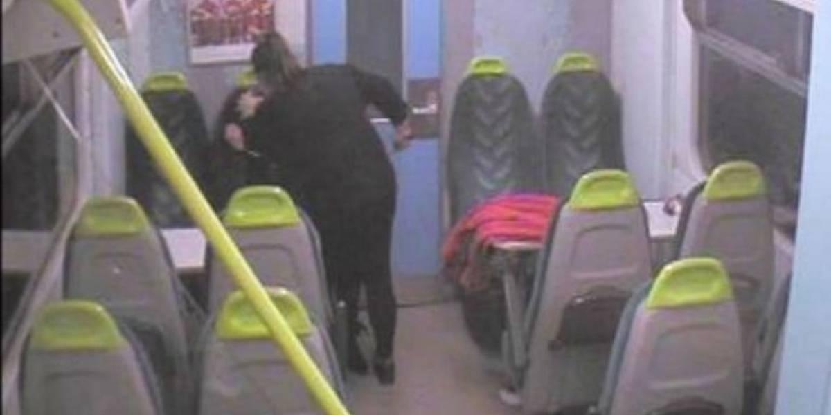Exconvicta recién liberada apuñala a su mejor amiga en un tren