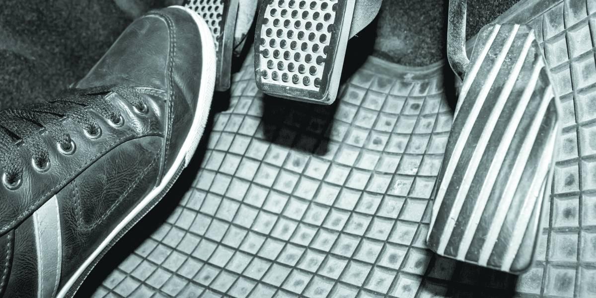 Manter pedal de embreagem acionado reduz a vida útil; como evitar desgaste