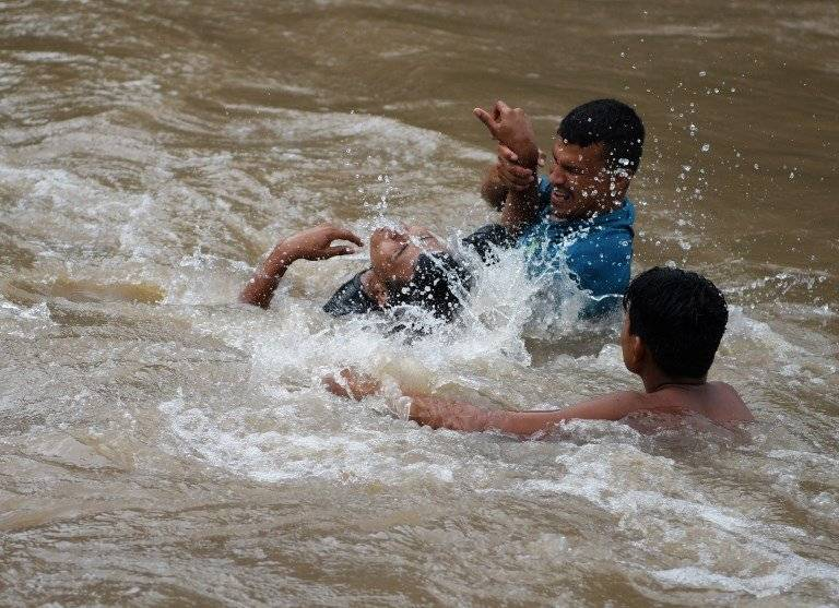 Hondureños cruzan río hacia El Salvador