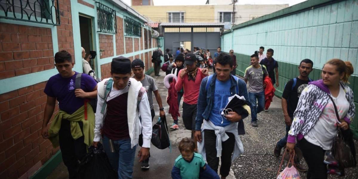 Un nuevo grupo de unos 500 hondureños se desplazan por el país en su camino hacia EE. UU.