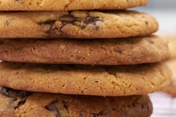 estudiante hornea galletas con cenizas