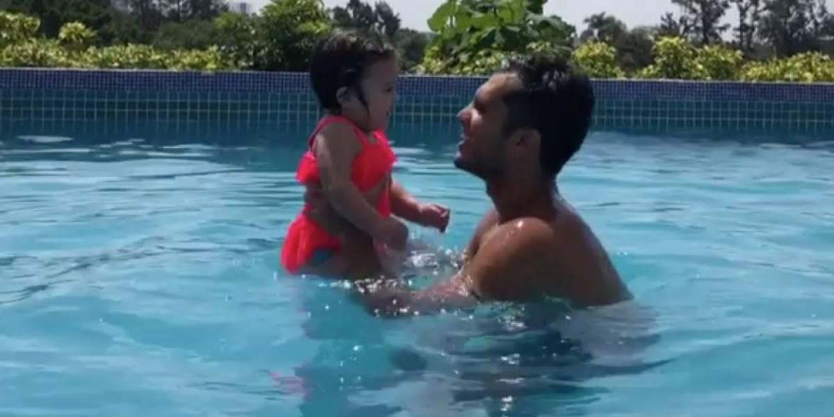 VIDEO: Iván García presume primer clase de natación de su bebé