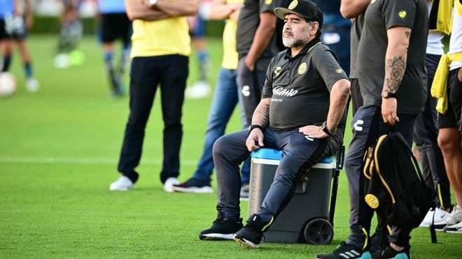 Maradona con serias dificultades para caminar
