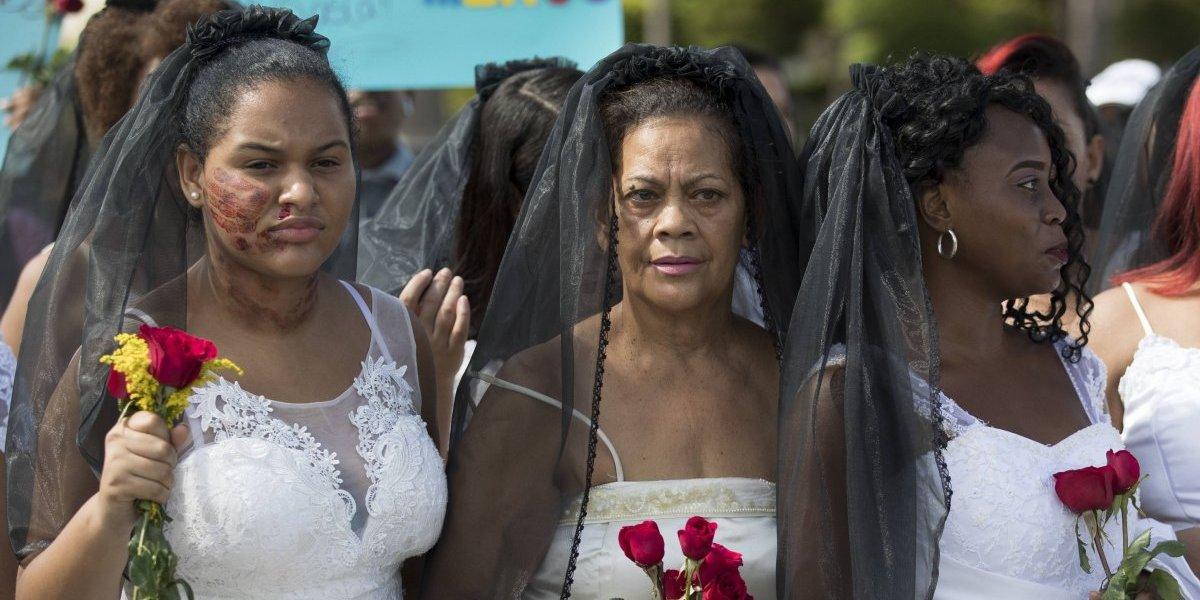 Centenar de dominicanas vestidas de novia marchan contra violencia de género