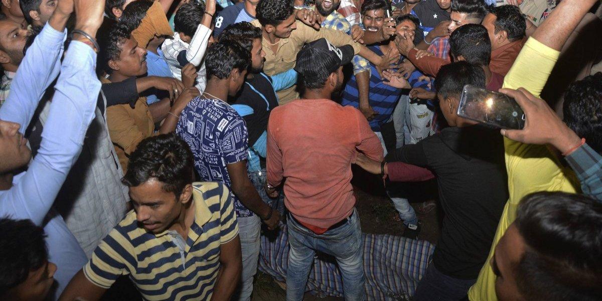 Tren atropella a multitud en India y deja al menos 50 muertos