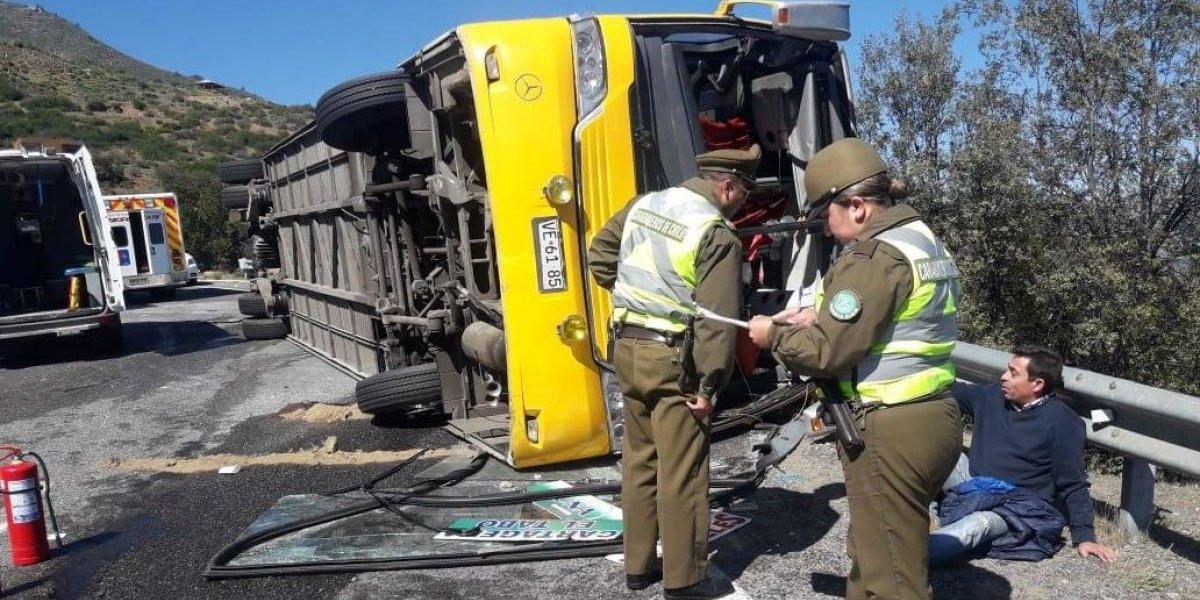 Grave accidente en Valparaíso: bus con 46  pasajeros volcó en la cuesta La Dormida dejando cuatro heridos graves