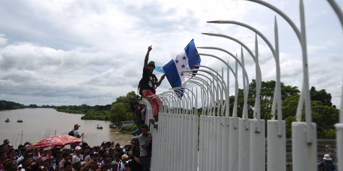 Migrantes hondureños superan bloqueo en frontera de Guatemala y cruzan a México