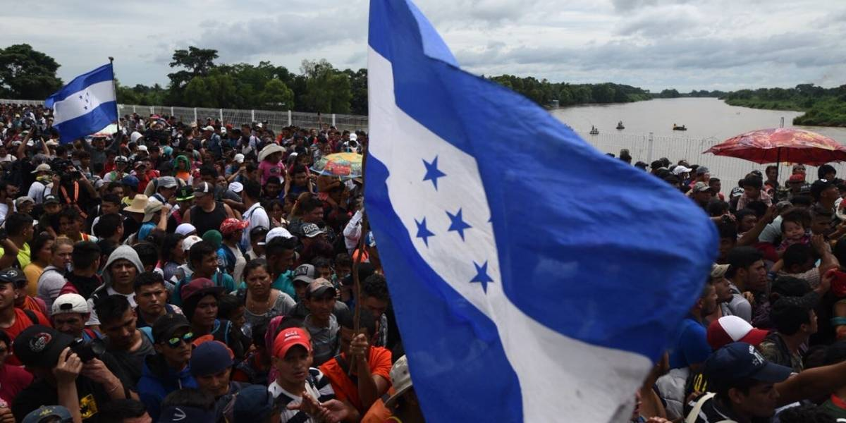 Guatemala otorgará visas temporales a hondureños que viajan en caravana