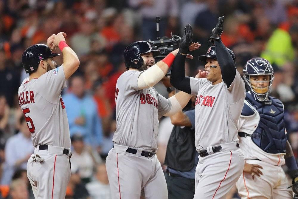 Rafael Devers fue el héroe del partido al conectar un home run impulsor de tres carreras. / Getty Images