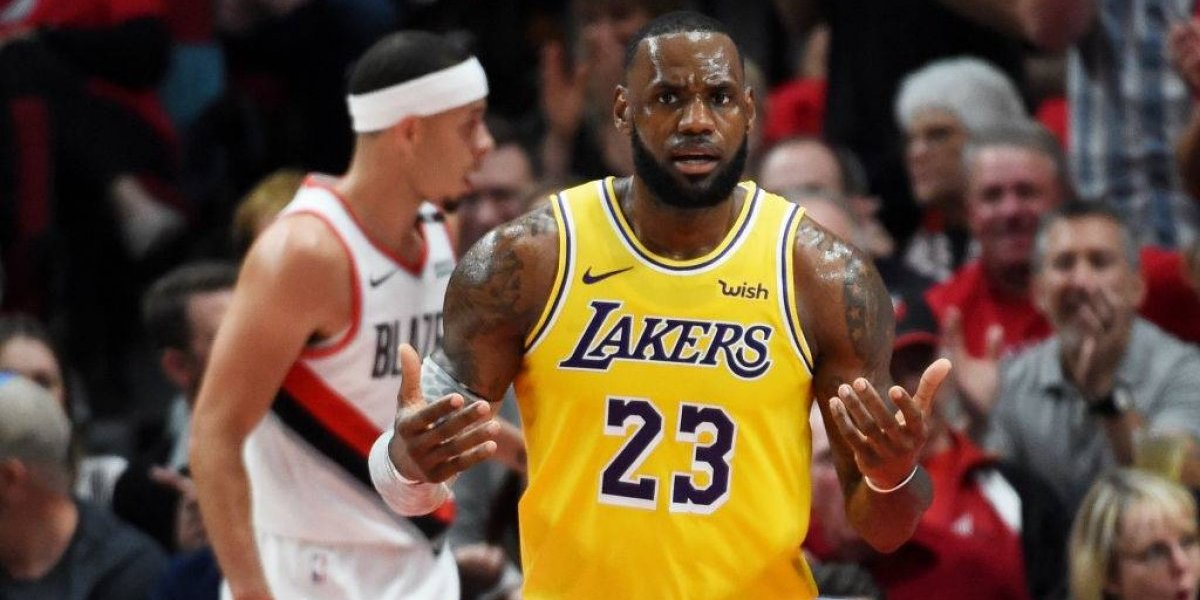 LeBron James tuvo un triste debut con los renovados Lakers en la NBA