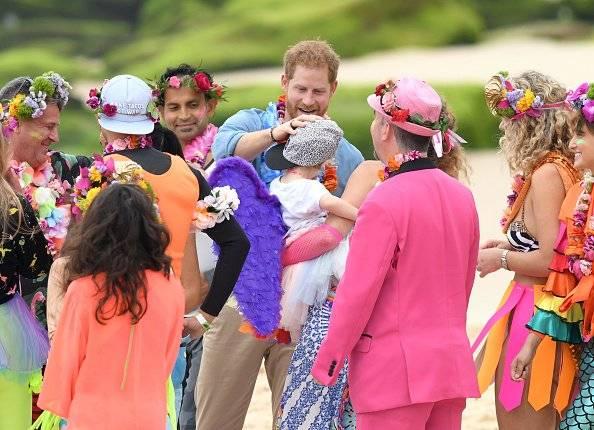 Harry, Duque de Sussex y Meghan, Duquesa de Sussex se reúnen con el grupo de la comunidad de surf locales, OneWave en la playa de Bondi Getty