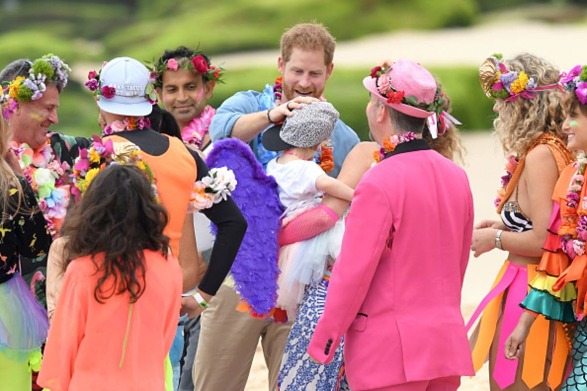 Harry, Duque de Sussex y Meghan, Duquesa de Sussex se reúnen con el grupo de la comunidad de surf locales, OneWave en la playa de Bondi Getty