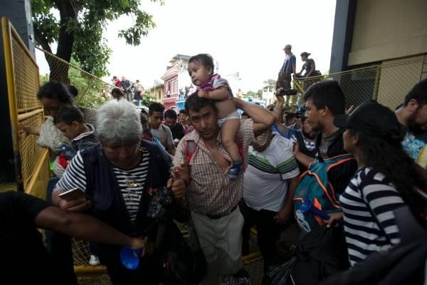 Migrantes hondureños se apresuran rumbo a la frontera con México en Tecun Uman, Guatemala, el jueves 18 de octubre de 2018.