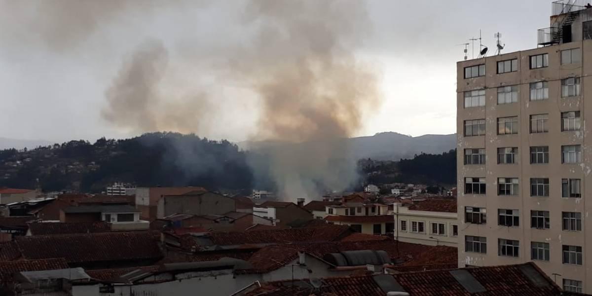 Cuenca: Bomberos rescatan a un perro de un incendio en una casa del Centro Histórico