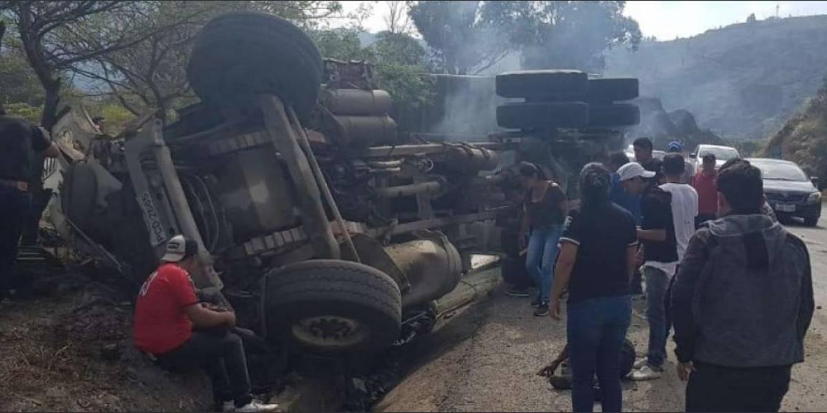 Cinco fallecidos después de que camión aplaste a un carro liviano en Loja