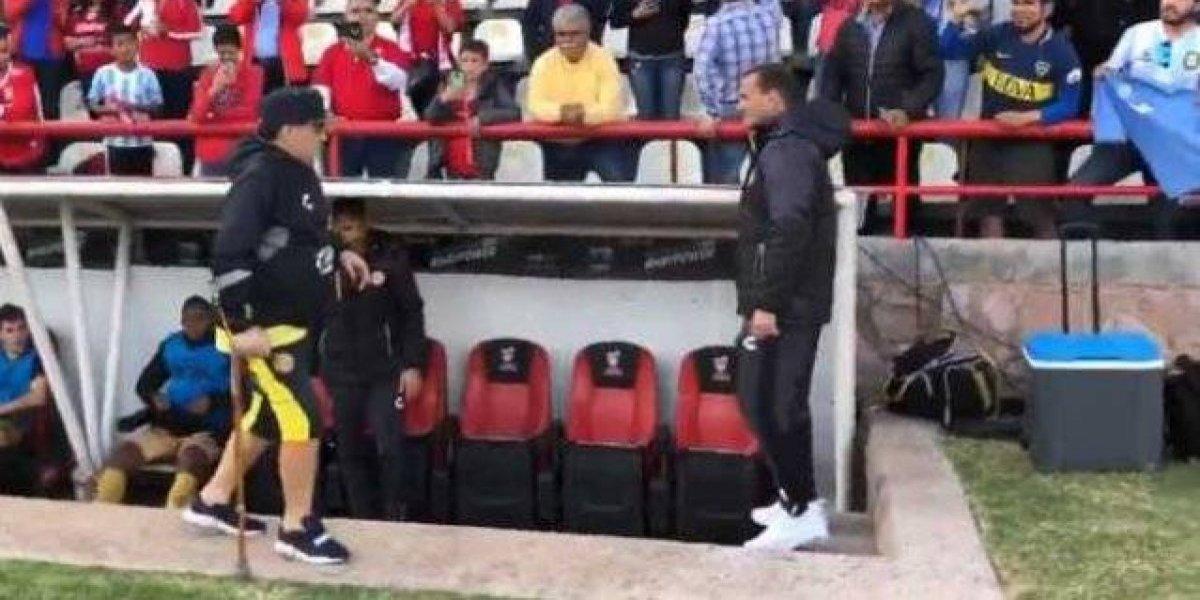 VIDEO: Maradona utilizó un bastón para llegar al banquillo de Dorados