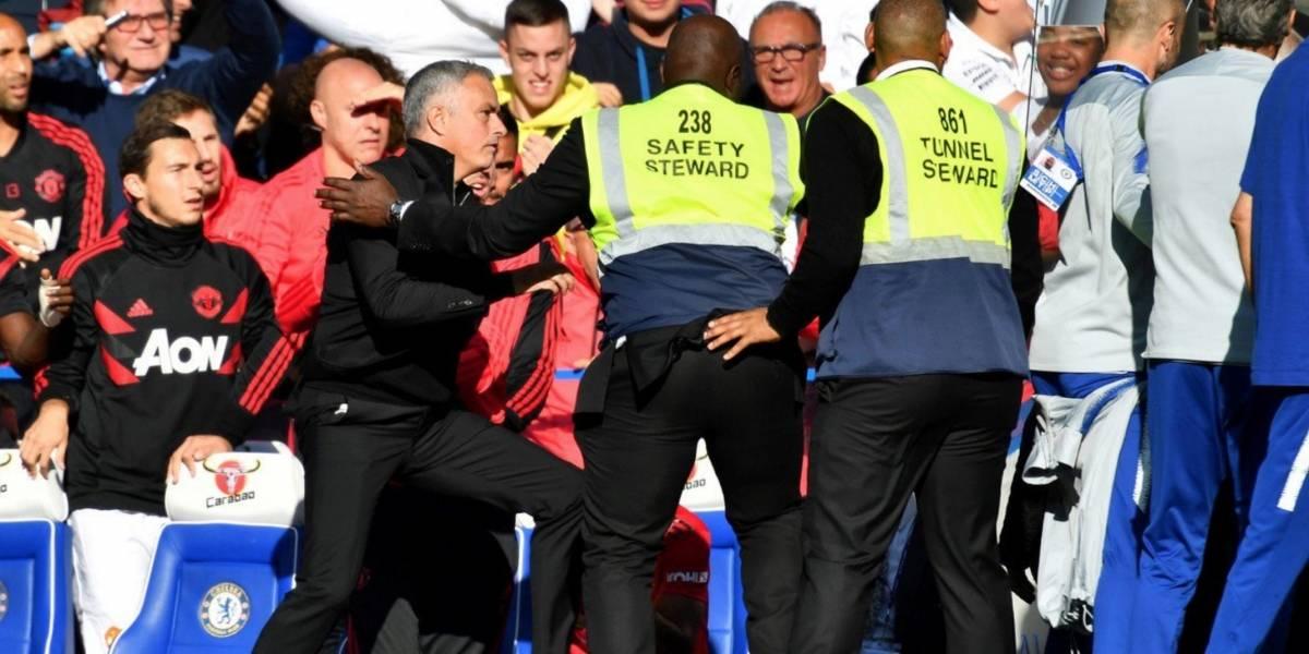 VIDEO: Mourinho explota y encara al cuerpo técnico del Chelsea