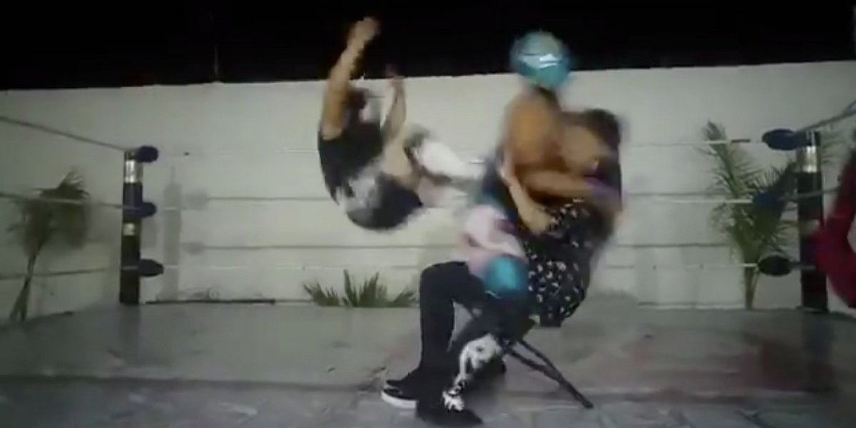 VIDEO: Luchador noquea a su rival cuando le bailaba a una fan