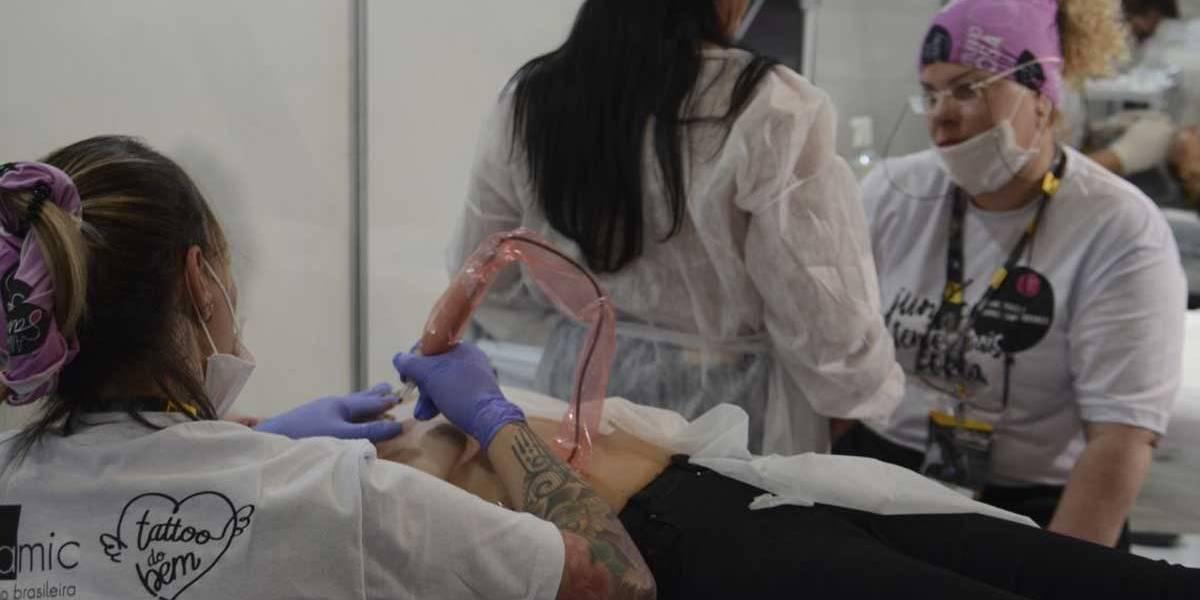 Mulheres que tiveram câncer recebem tatuagem cosmética gratuita em SP