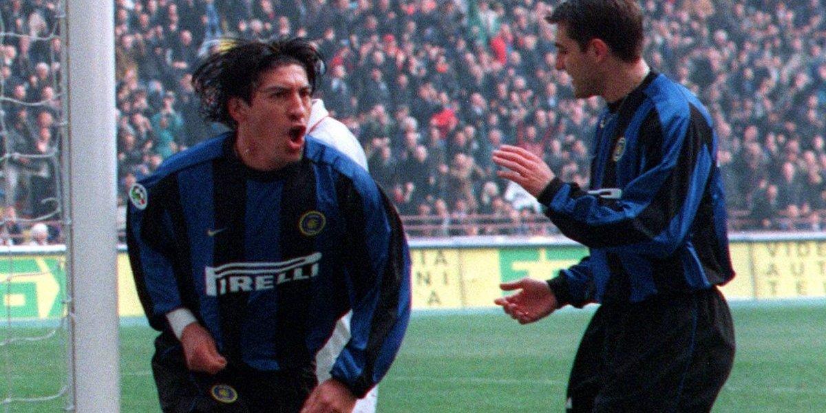 Entre autógrafos y selfies: Zamorano asistió al clásico Inter-Milán y fue recibido como un ídolo