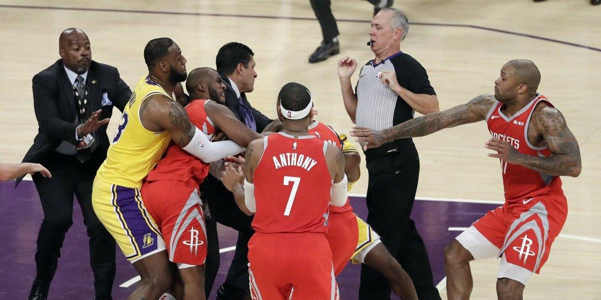 ¡Se fueron a los puños! Tres jugadores pelean durante debut de LeBron en Los Angeles