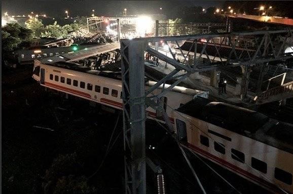 Descarriló un tren y hay al menos 18 muertos
