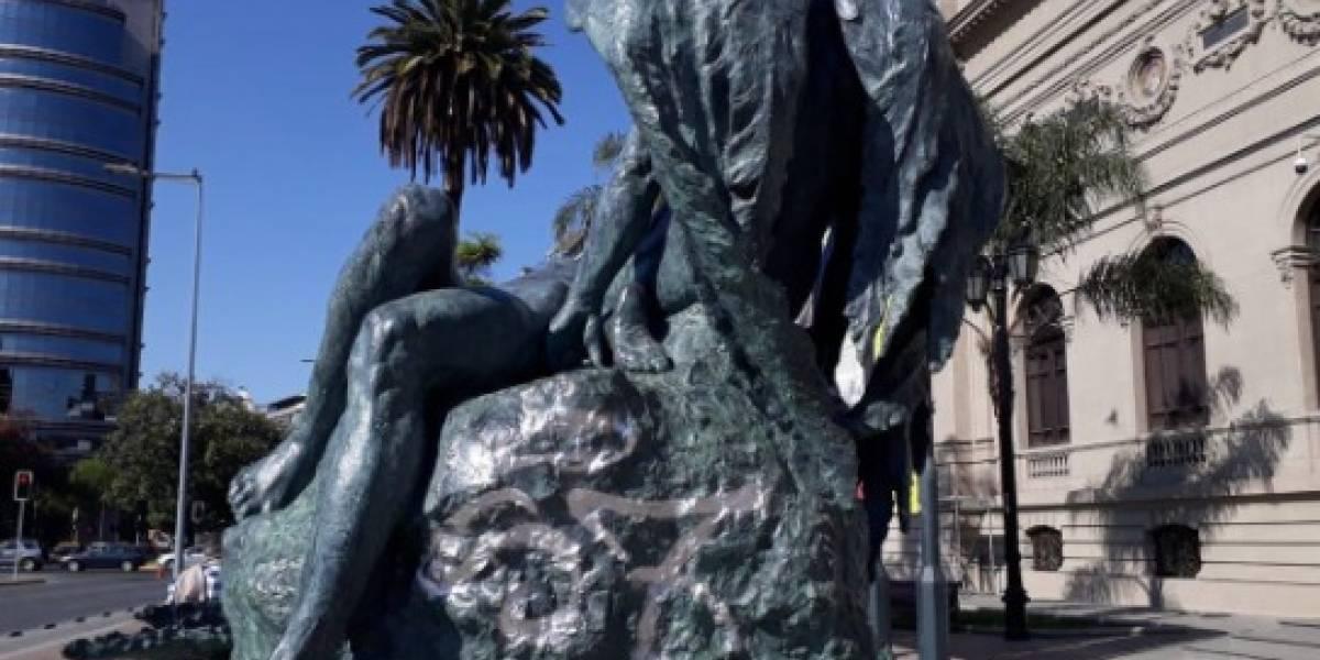 Duró apenas un día tras ser restaurada a un costo de $43 millones: rayan escultura de Rebeca Matte frente a Museo de Bellas Artes