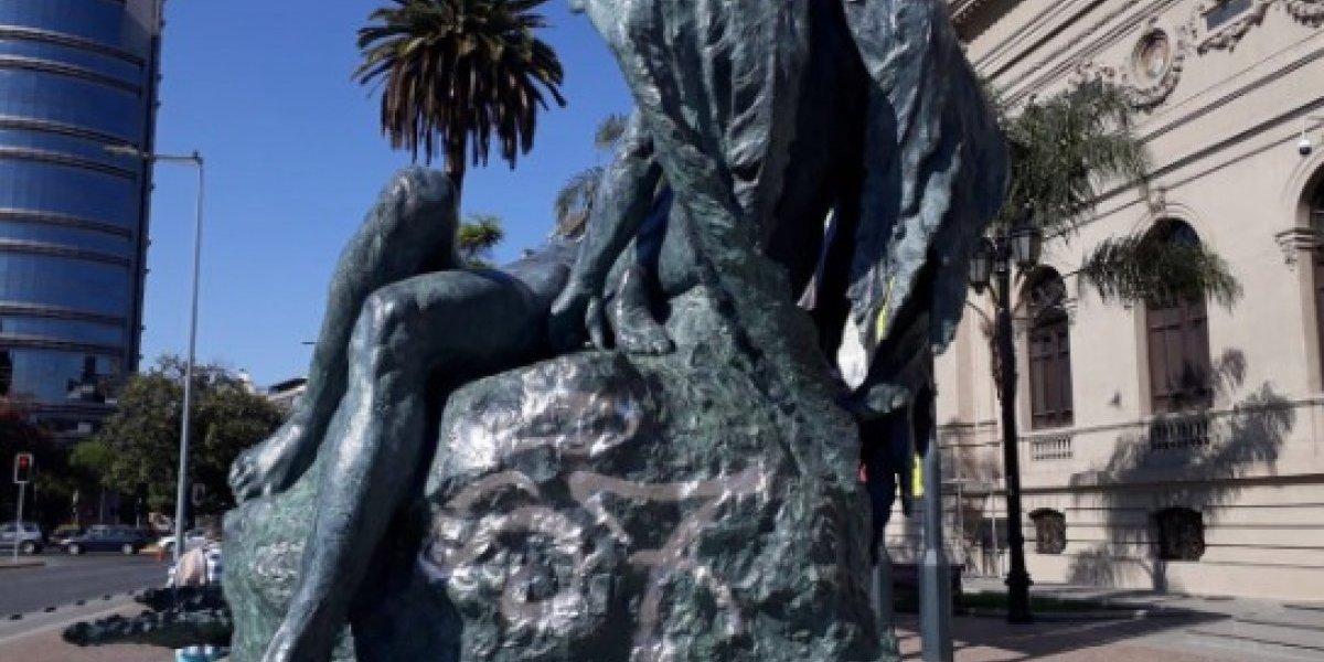 """Experto y rayado de escultura de Rebeca Matte: """"Hay desamparo y vulnerabilidad de los bienes públicos"""""""
