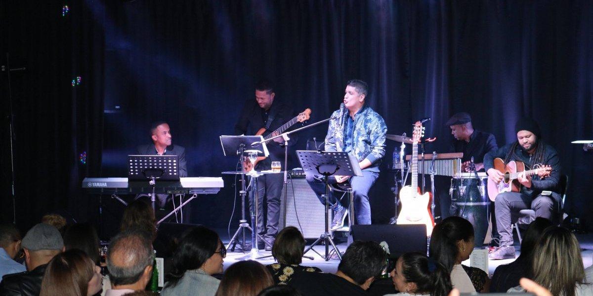 """Eddy Herrera con buen público en su primer concierto """"Acústico"""" en Chao Café Teatro; el próximo encuentro será el 31 de este mes"""