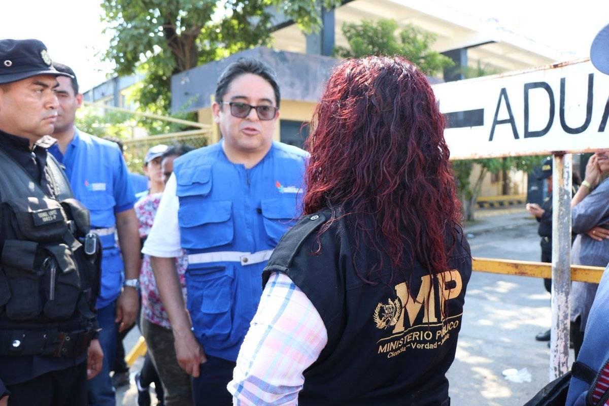 El procurador y el MP hablaron con varios emigrantes hondureños. Foto: PDH