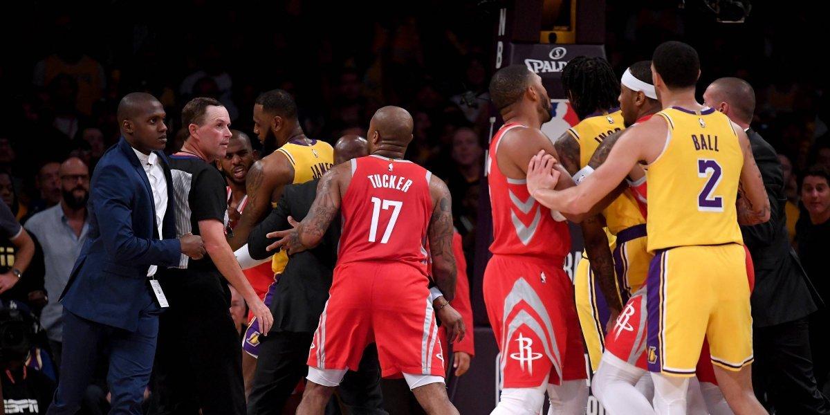 NBA: las imágenes del escandaloso combate entre los Lakers y los Rockets