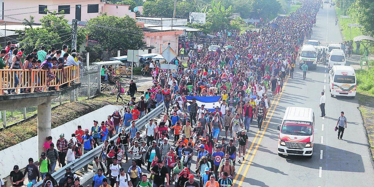 Ni las fronteras ni el hambre detienen a la caravana de cinco mil migrantes