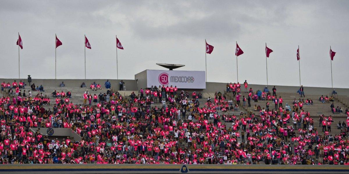 Afición de Pumas pinta de rosa el Olímpico Universitario