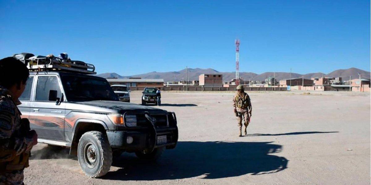 """Bolivia ahora apunta a frontera con Chile: dicen que contrabandistas pagan """"comisiones"""" a chilenos para llevar productos desde la Zofri"""
