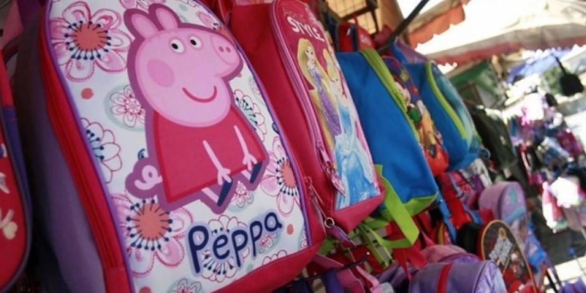 Decidió llevar sus cuadernos en un microondas luego que en su escuela prohibieran el uso de mochilas