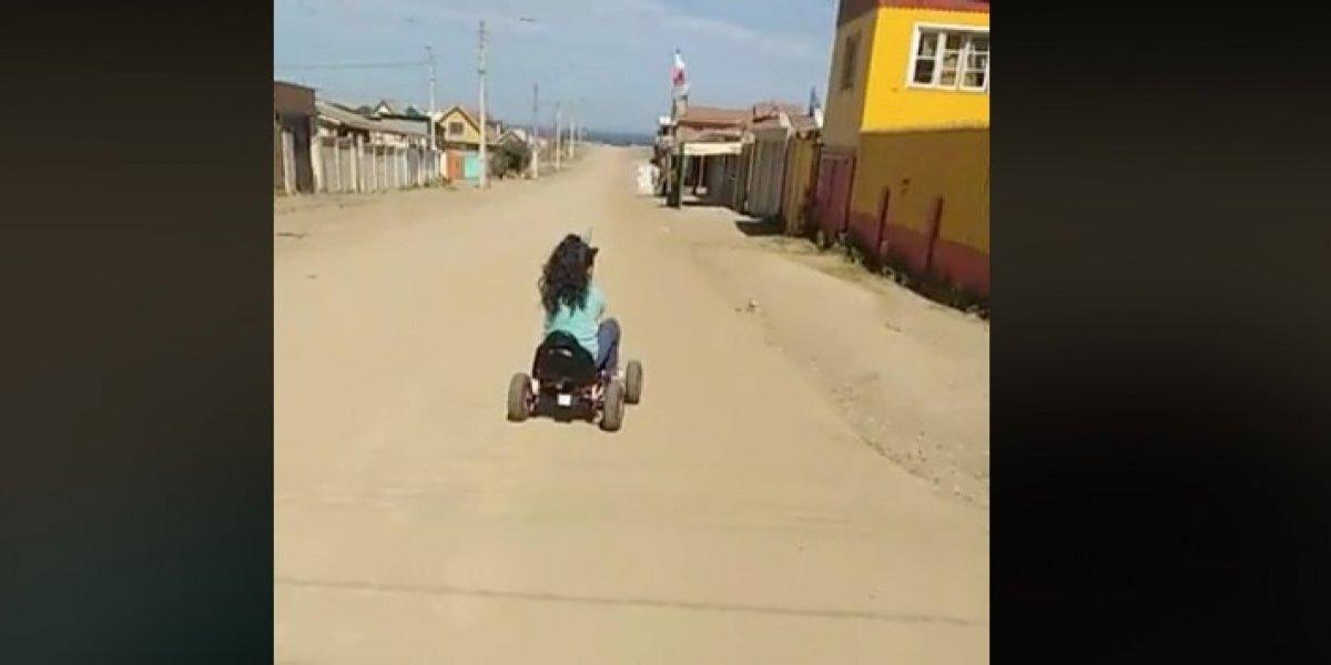 """""""Tenemos que arrancar para el otro lado"""": divertido video de una madre y su hija que evacuaron hacia el mar en simulacro de tsunami"""