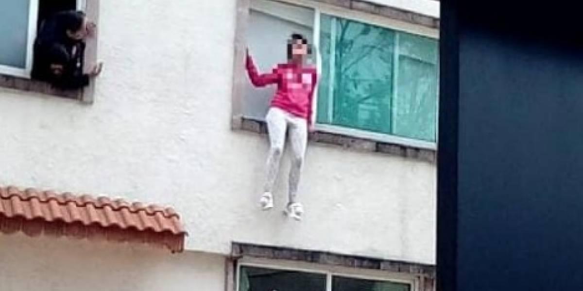 Critican a joven por intentar aventarse de un primer piso