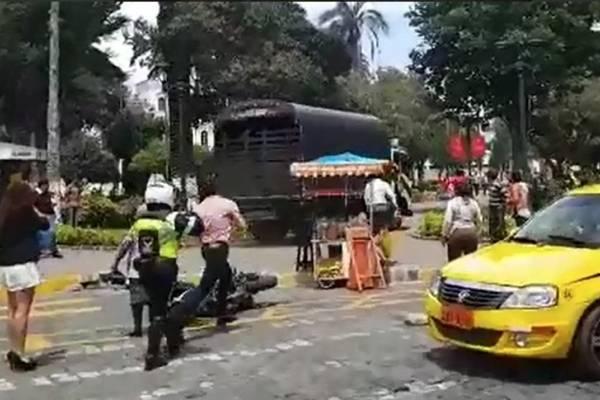Conductor agredió a un agente de tránsito y luego huyó invadiendo parque en Ibarra