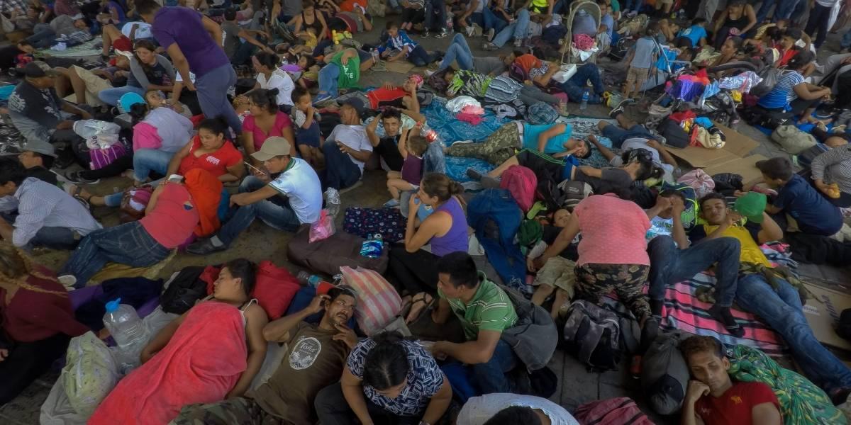 Migrantes hondureños amanecen en el Parque Central de Tapachula; continúan marcha