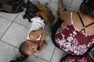 Migrantes hondureños amanecen en el Parque Central