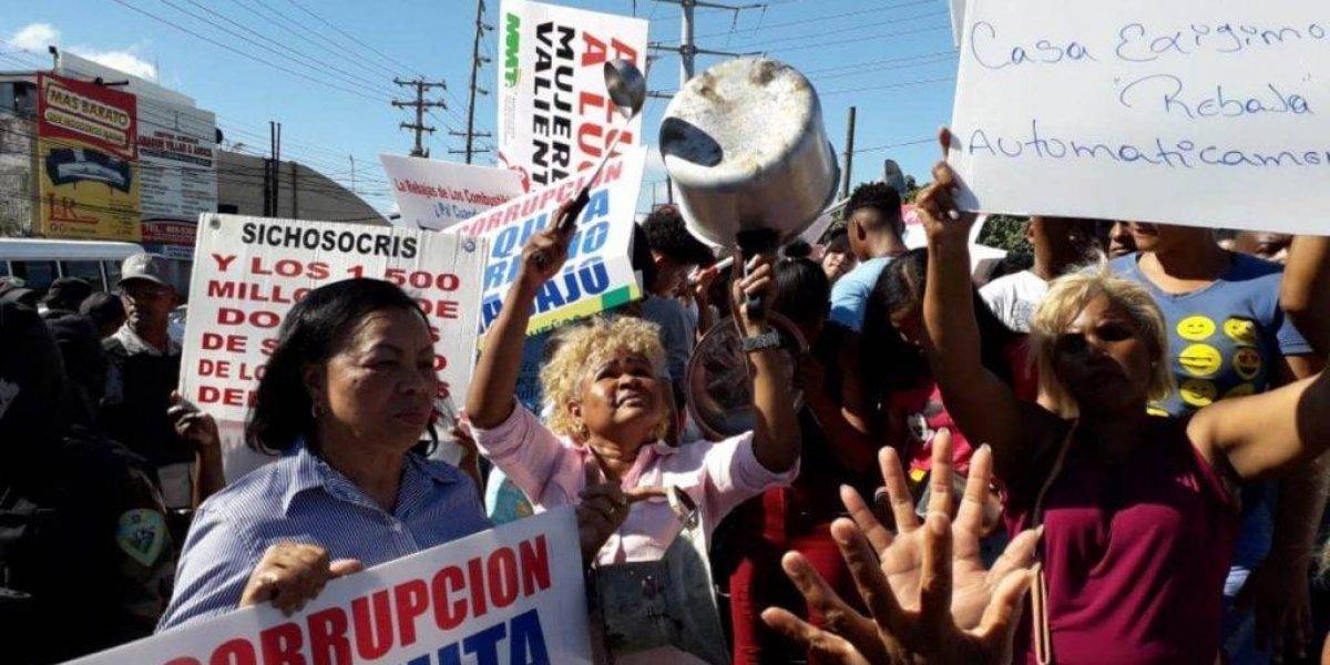 Decenas de personas protestan en la capital para exigir rebaja combustibles