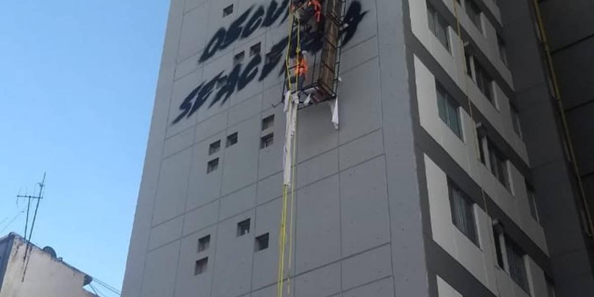Rescatan a trabajadores al quedar suspendidos en Av. Chapultepec