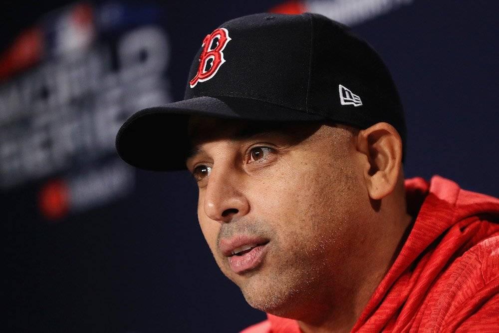 Cora quiere cerrar con broche de oro su exitosa campaña al frente de Red Sox ganando la Serie Mundial. / Getty Images