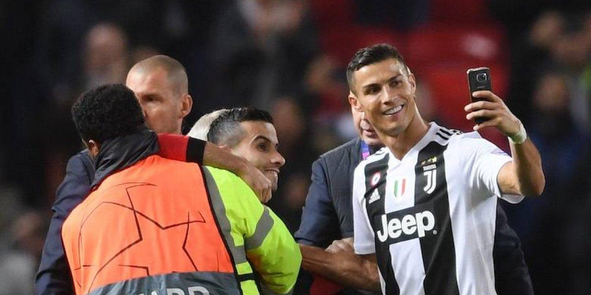 Cristiano Ronaldo se toma selfie con aficionado detenido