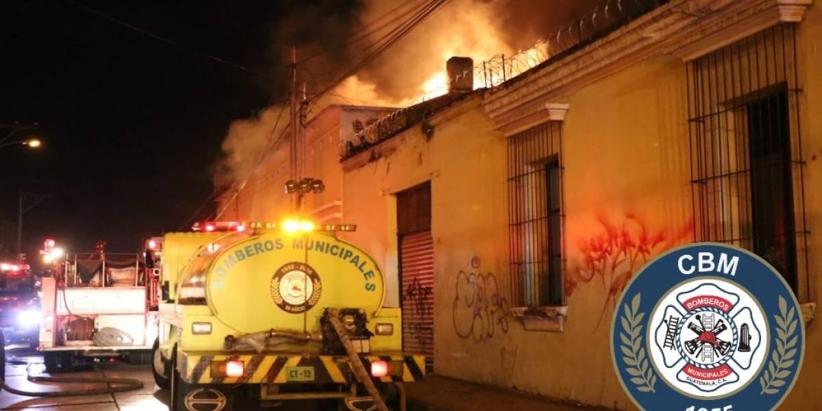 Rescatan a ocho personas de inmueble incendiado en zona 1