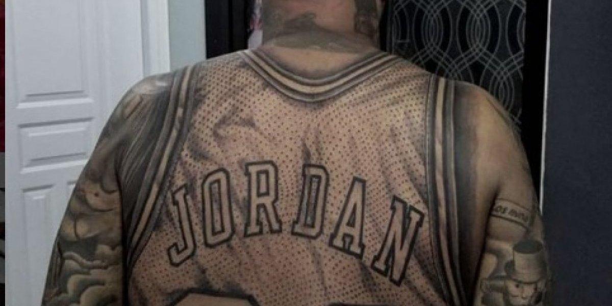 Hombre Genera Polémica Por Tatuaje En La Espalda Del Jersey De