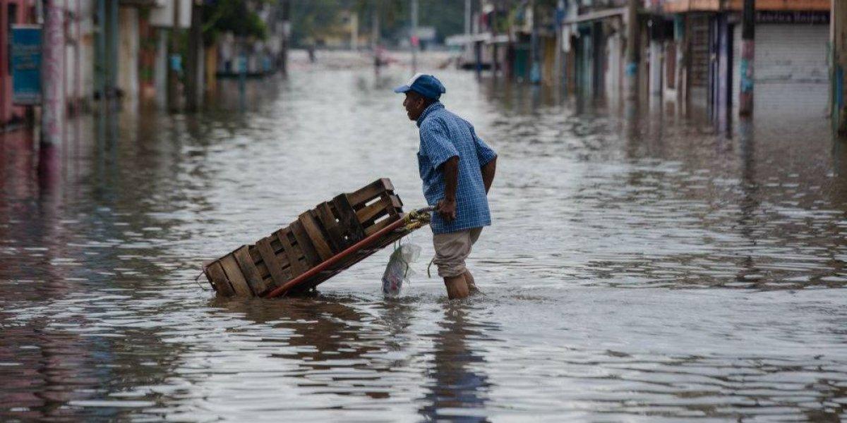 Calles de Minatitlán bajo el agua por crecida del Río Coatzacoalcos