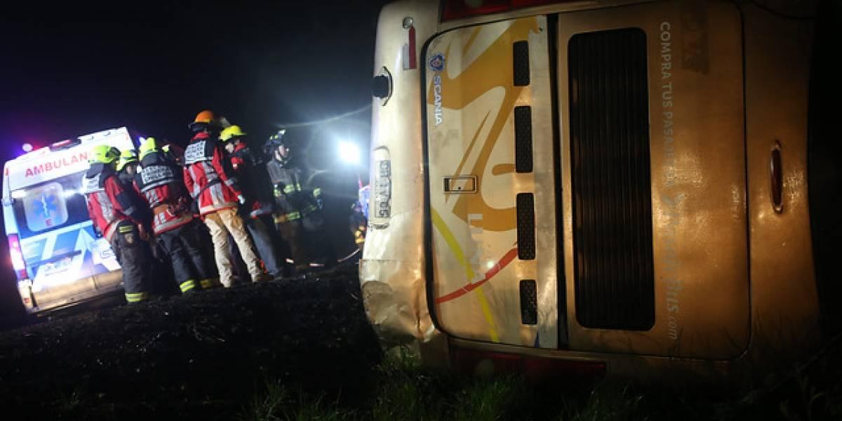 Bus de dos pisos vuelca en la Región del Ñuble: máquina con 19 pasajeros cae sobre canal en plena Ruta 5 Sur