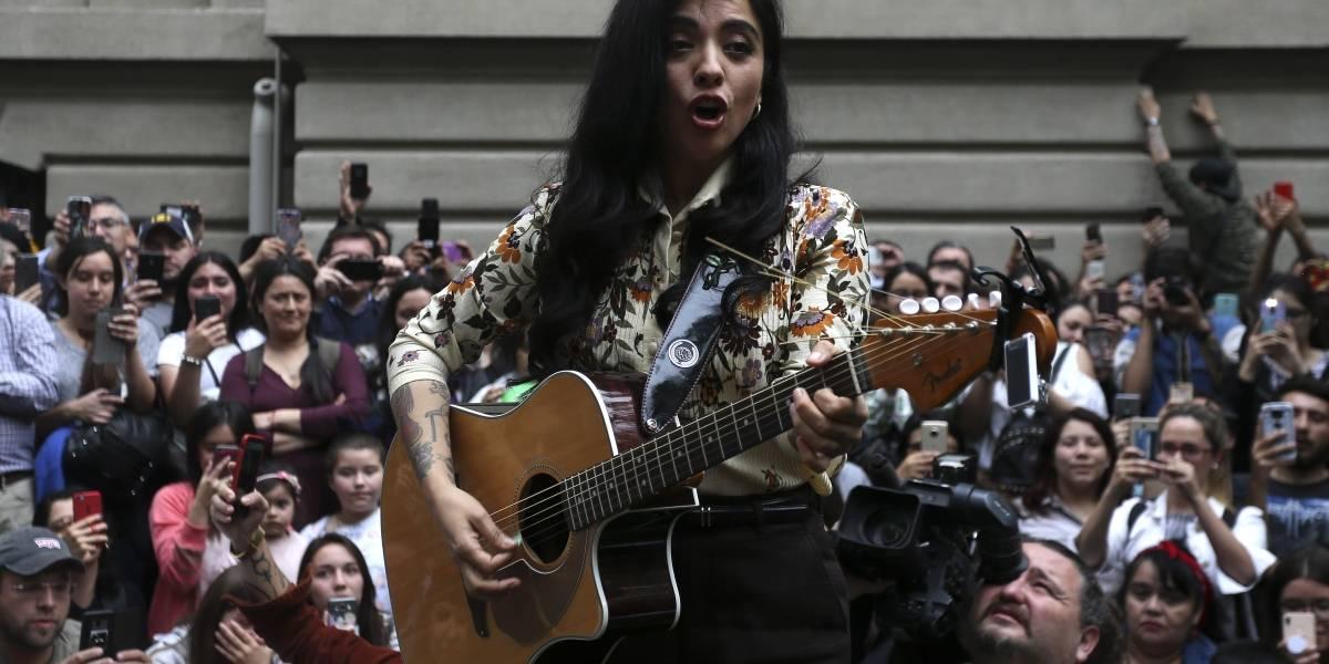Mon Laferte sorprendió a sus fanáticos con show gratuito en Bellas Artes