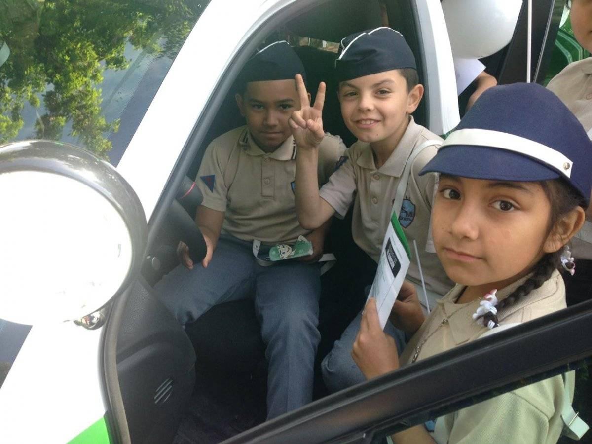 """Más de mil niños recibieron """"coscachos"""" de Carabineros: no se preocupe, no es un golpe, es parte del uniforme escolar"""